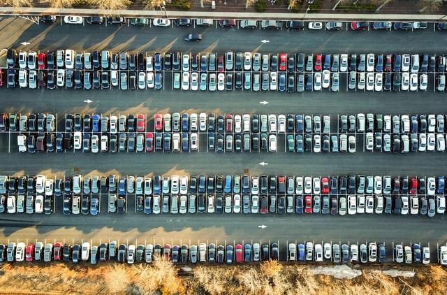 Biler på parkeringsplads